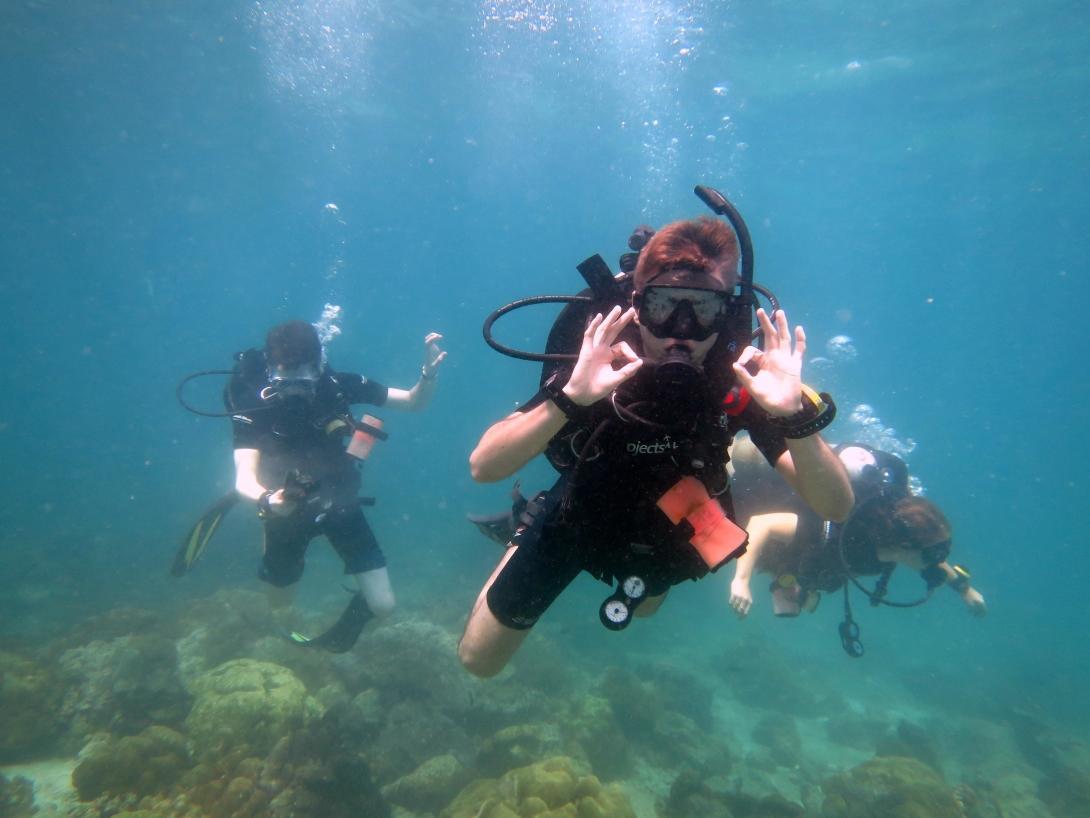 Tre volontärer i Thailand som lärt sig att dyka under deras volontärresa med Projects Abroad.